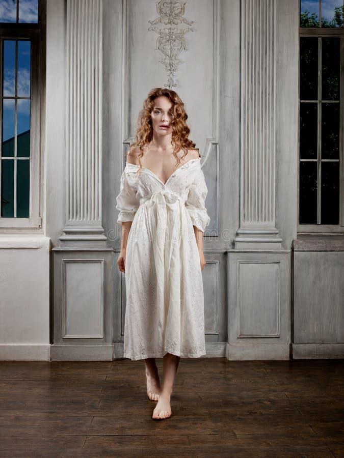Junge Schönheit in einem weißen barocken Kleid stockbilder