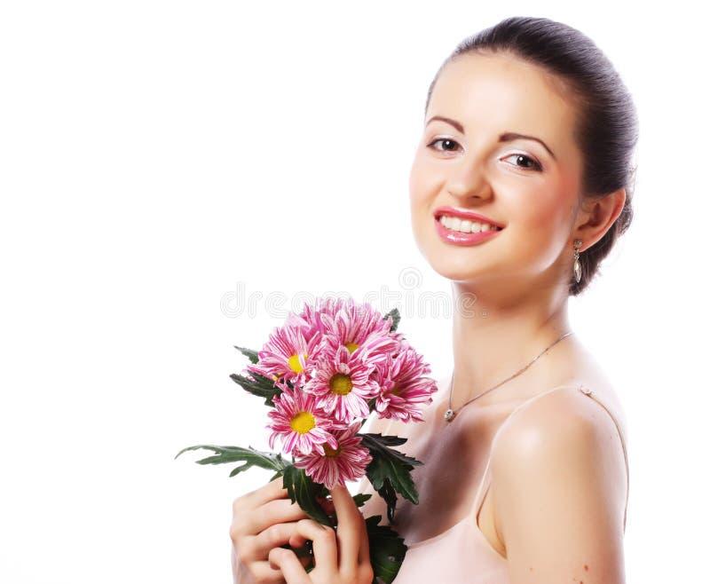 Junge Schönheit mit Blumenstrauß von den rosa Blumen an lokalisiert stockfotografie
