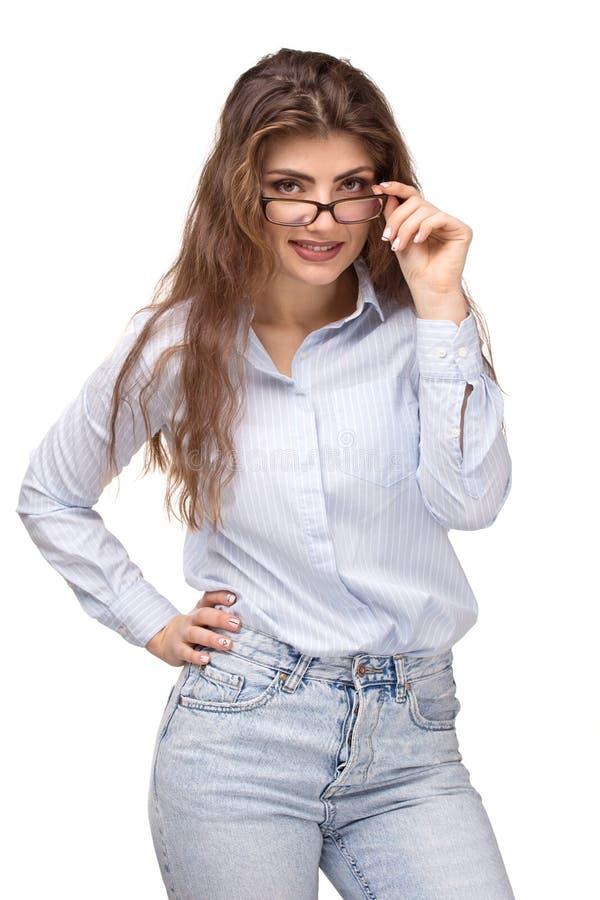 Junge Schönheit mit dem langen Lächeln des gelockten Haares, Gläser in der Hand halten Accounrtant oder des Managers Besetzung de stockfotos