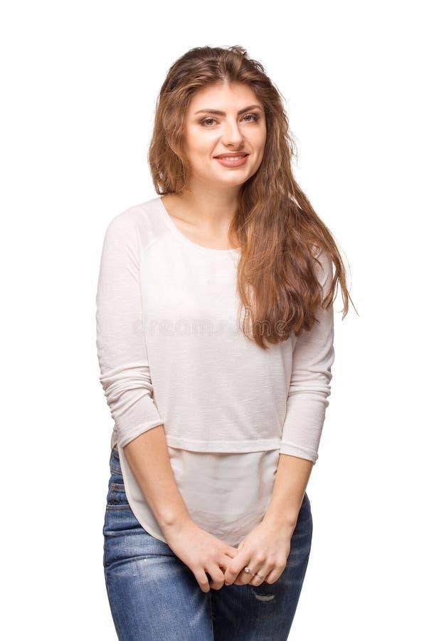 Junge Schönheit mit dem langen Lächeln des gelockten Haares lizenzfreie stockbilder