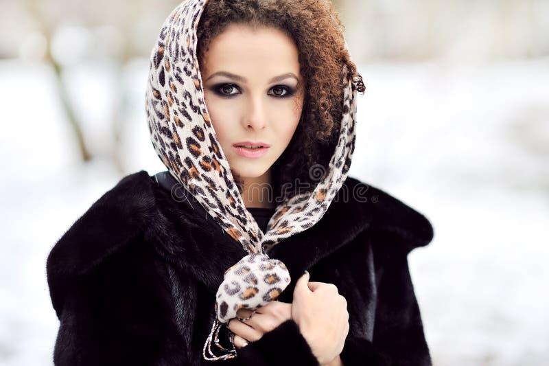Junge Schönheit mit den langen gelockten Haaren - Mode im Freien PO stockbild