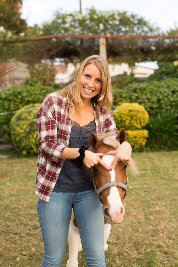 Junge Schönheit mit einem Pferd lizenzfreie stockbilder