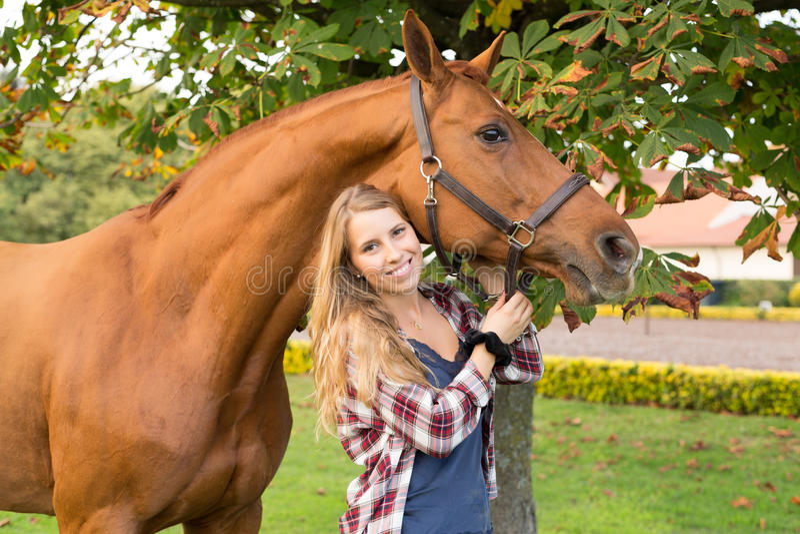 Junge Schönheit mit einem Pferd lizenzfreies stockfoto