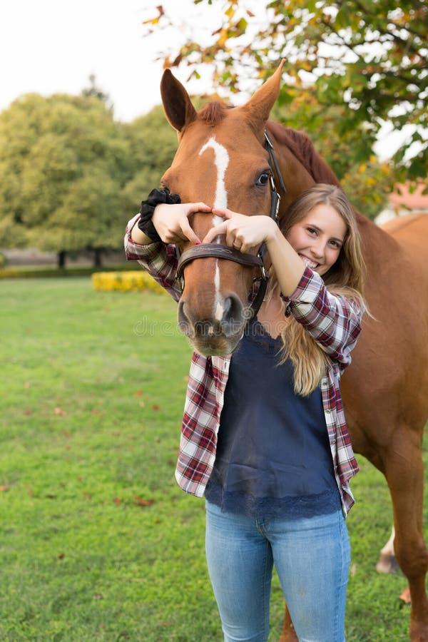 Junge Schönheit mit einem Pferd stockbild