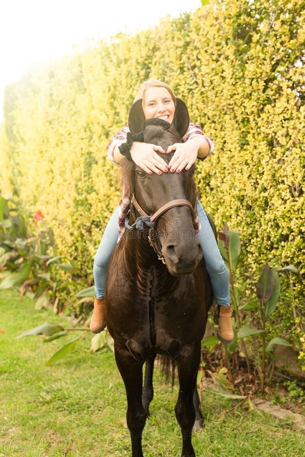 Junge Schönheit mit einem Pferd stockfotos