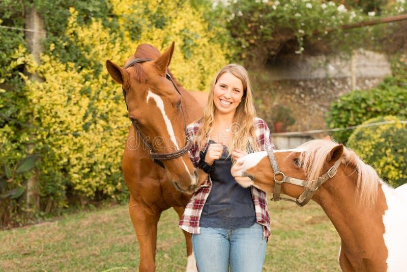 Junge Schönheit mit einem Pferd lizenzfreies stockbild