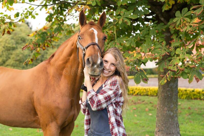 Junge Schönheit mit einem Pferd stockbilder