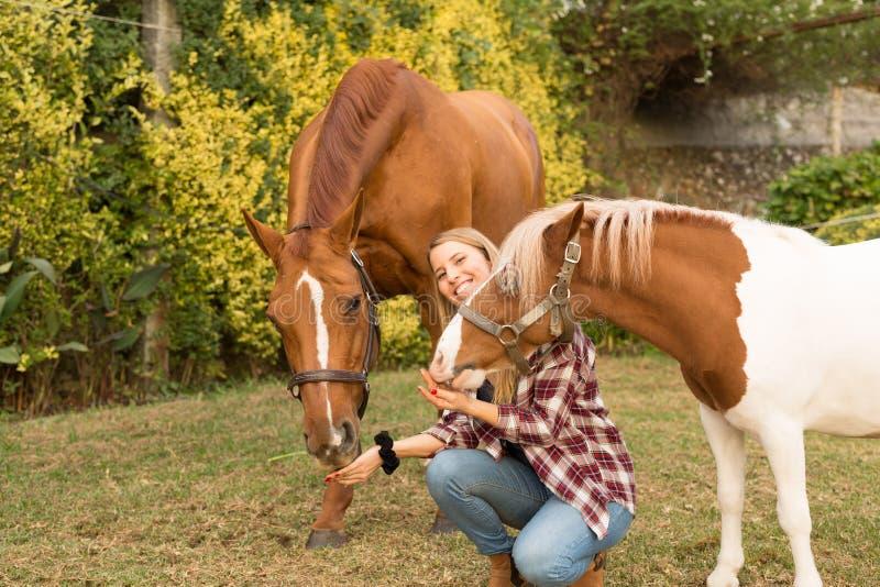 Junge Schönheit mit einem Pferd lizenzfreie stockfotos