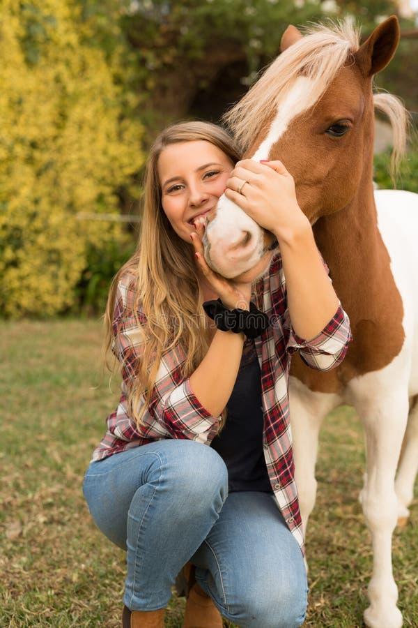 Junge Schönheit mit einem Pferd lizenzfreie stockfotografie