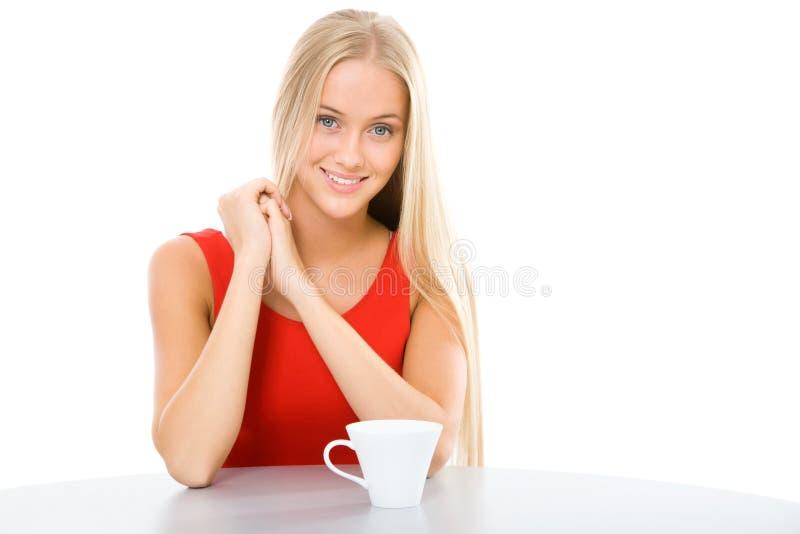 Junge Schönheit mit einem Schalentee lizenzfreies stockbild