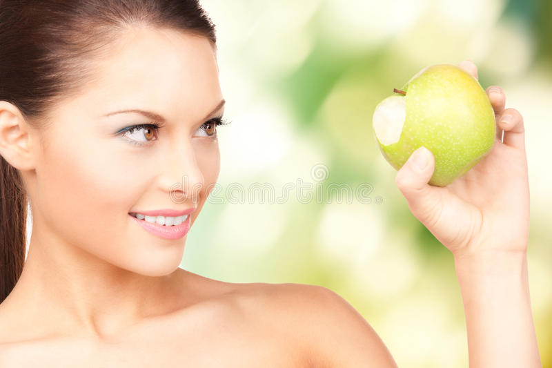Junge Schönheit mit grünem Apfel stockbild