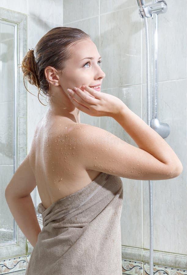 Junge Schönheit nach Dusche lizenzfreies stockbild