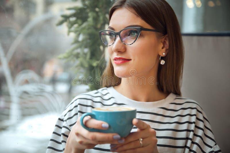 Junge Schönheit sitzen bei Tisch im Cafégetränkkaffeewartung businesspartner Konzept guten Morgens lizenzfreies stockbild