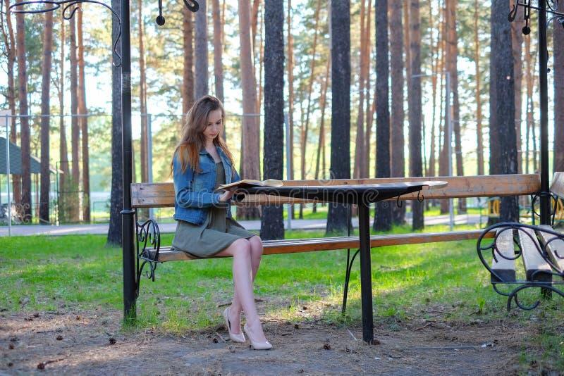 Junge Schönheiten, die ein Buch im Freien lesen stockfotos