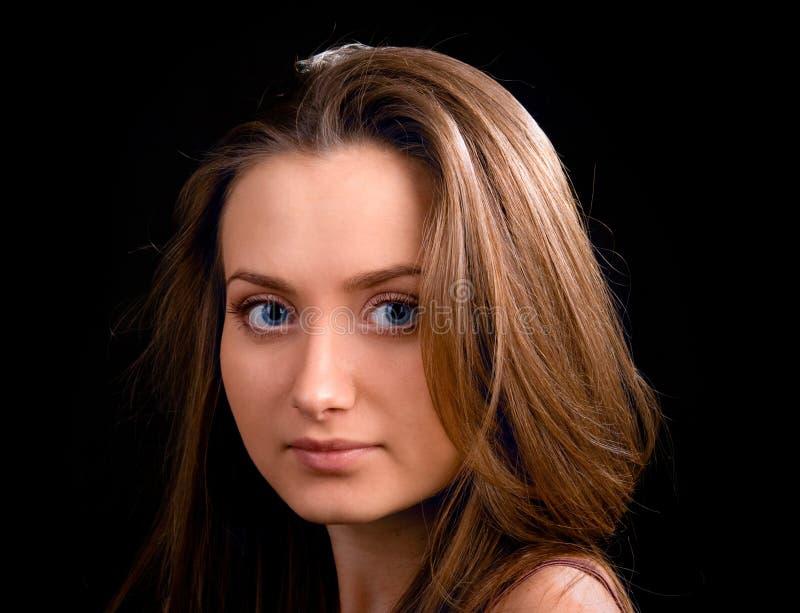 Junge Schönheitsfrauen auf Schwarzem stockfoto