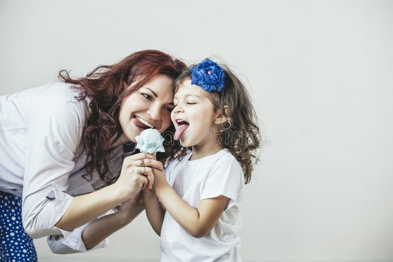 Junge Schönheitsmutter und -tochter mit Spielzeug ein Bonbon glücklich lizenzfreies stockbild