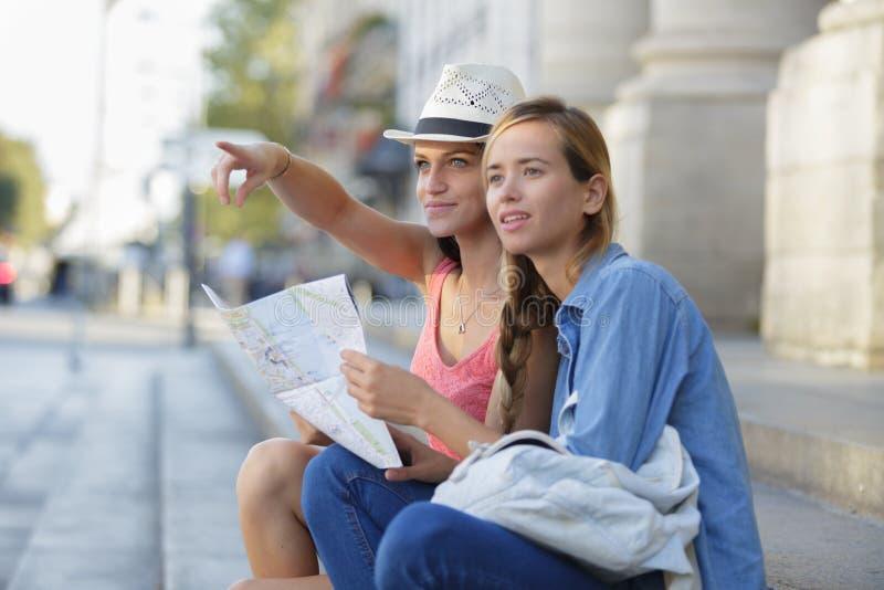 Junge Schönheitsreisende, die Stadt erforschen lizenzfreies stockbild