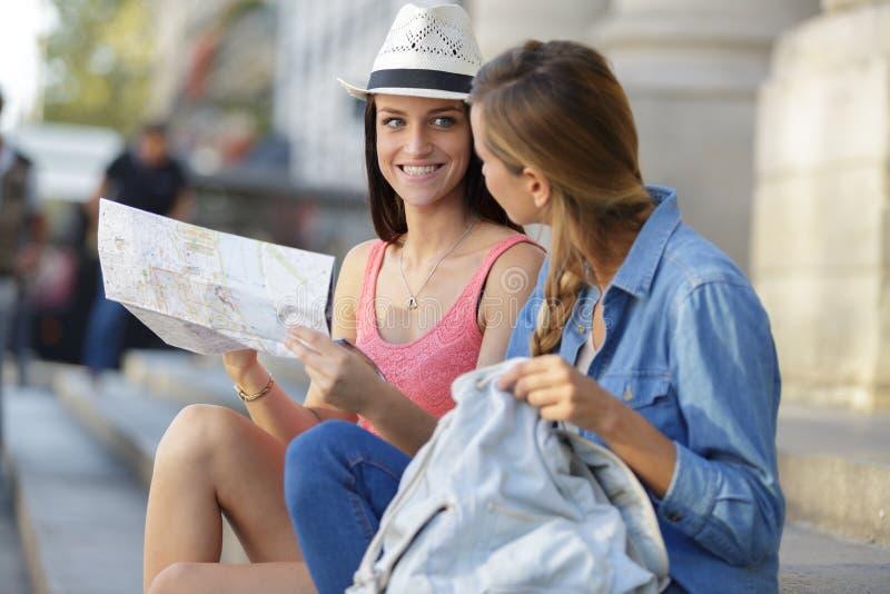 Junge Schönheitsreisende, die Stadt erforschen stockfoto