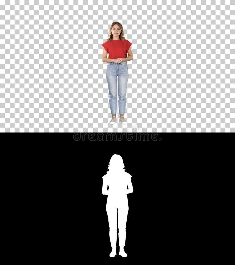 Junge sch?ne nette nette Frauenstellung und Betrachten der Kamera, die auf etwas, Alpha Channel wartet lizenzfreie stockbilder