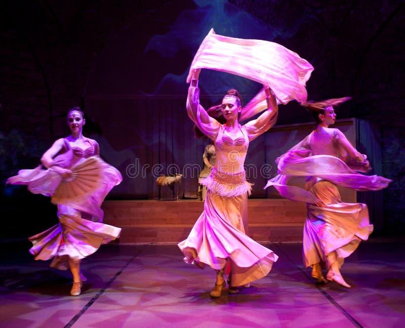 Junge Schauspieler, die orientalischen Tanz in Istanbul, die Türkei durchführen lizenzfreies stockbild