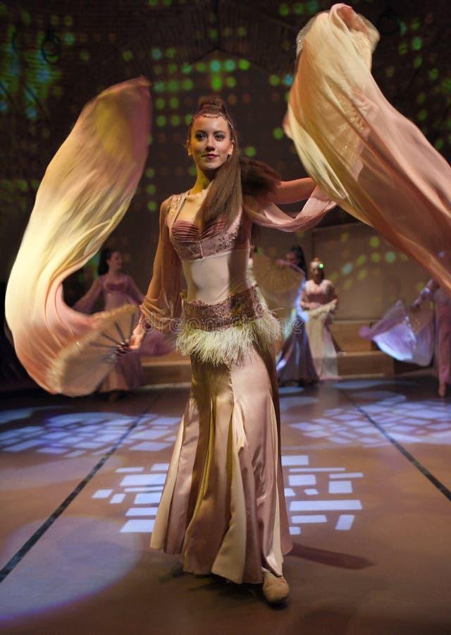 Junge Schauspieler, die orientalischen Tanz in Istanbul, die Türkei durchführen stockfotografie