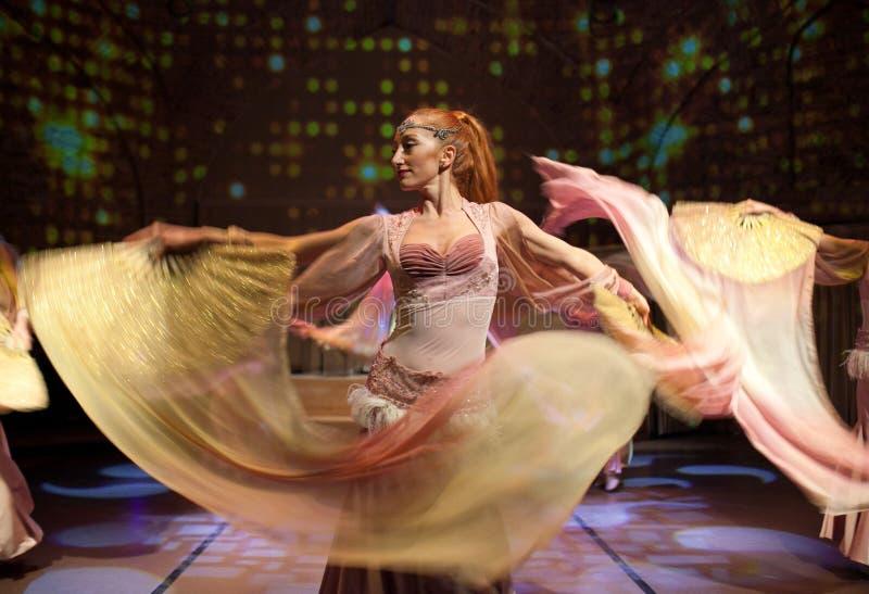Junge Schauspieler, die orientalischen Tanz in Istanbul, die Türkei durchführen lizenzfreie stockbilder