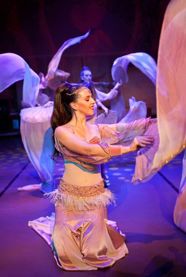 Junge Schauspieler, die orientalischen Tanz in Istanbul, die Türkei durchführen stockfotos