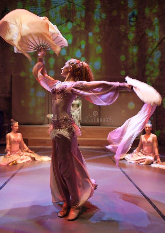 Junge Schauspieler, die orientalischen Tanz in Istanbul, die T?rkei durchf?hren lizenzfreies stockfoto