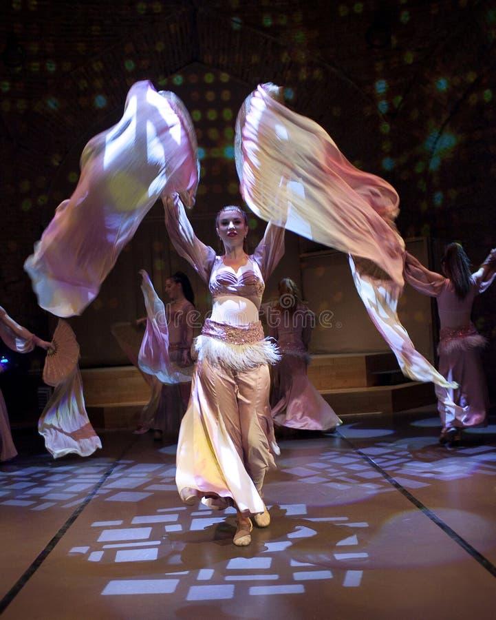 Junge Schauspieler, die orientalischen Tanz in Istanbul, die T?rkei durchf?hren lizenzfreie stockfotografie