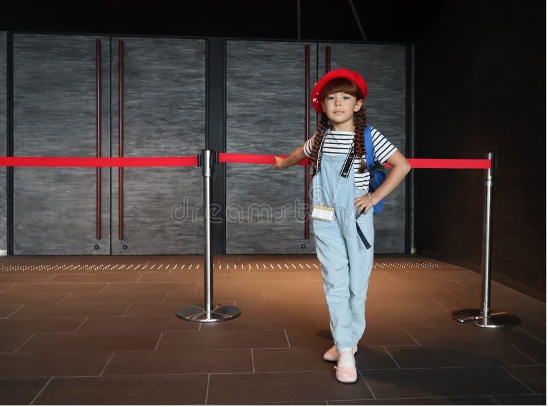Junge Schauspielerin vor der Leistung stockbilder