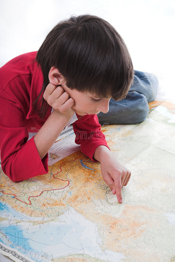 Junge schaut Karte stockfotos