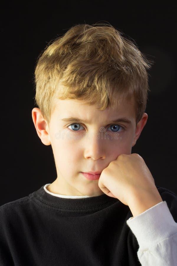 Junge schaut verärgert stockfotos