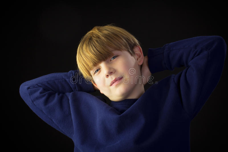 Junge schaut vorsichtig lizenzfreie stockfotos