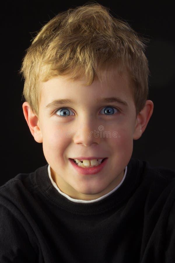 Junge schaut ziemlich boshaft lizenzfreie stockbilder