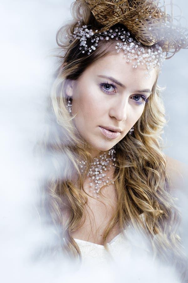 Junge Schneekönigin der Schönheit in den feenhaften Blitzen mit dem Haar stockfotografie
