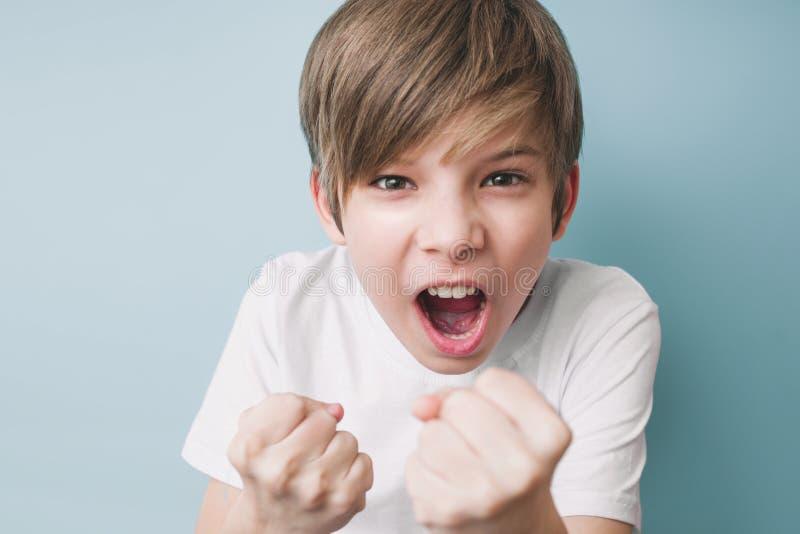 Junge schreit und droht im Scherz mit seinen Fäusten stockbilder