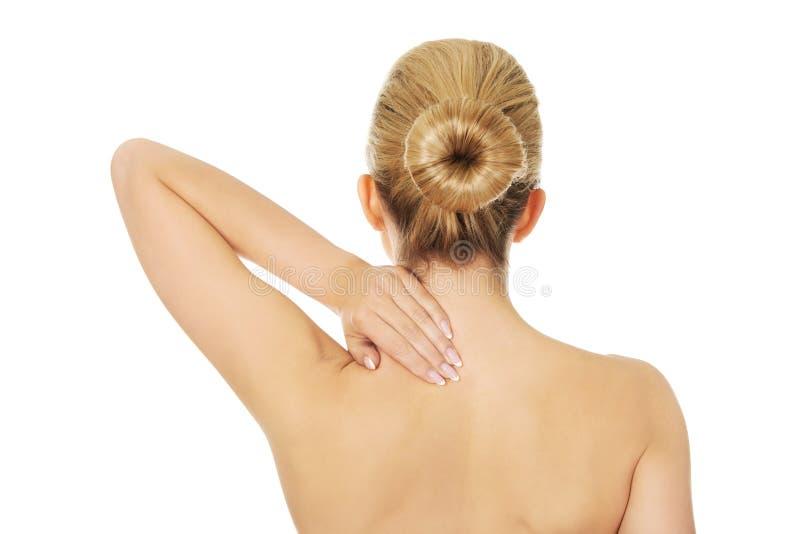 Junge schulterfreie Frau mit Rückenschmerzen stockfotos
