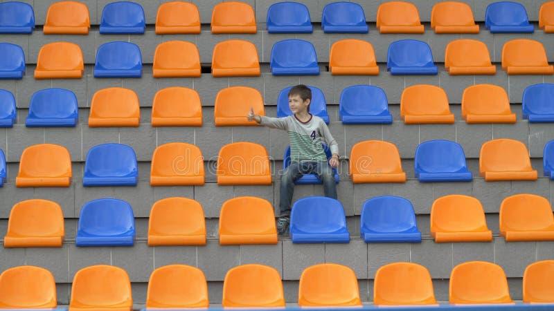 Junge schwört Fußballteam, weil sie ein Ziel verfehlte, Team verliert stockfotografie