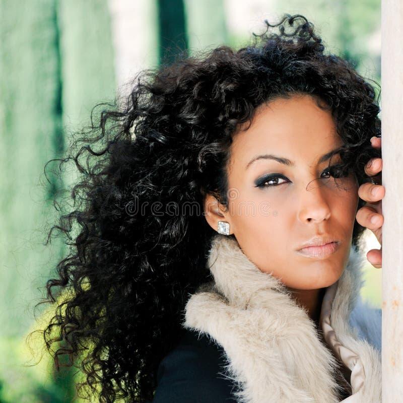 Junge schwarze Frau, Baumuster von Art und Weise lizenzfreies stockbild