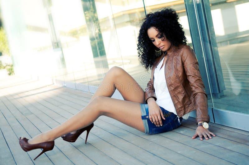 Junge schwarze Frau, Baumuster von Art und Weise lizenzfreies stockfoto
