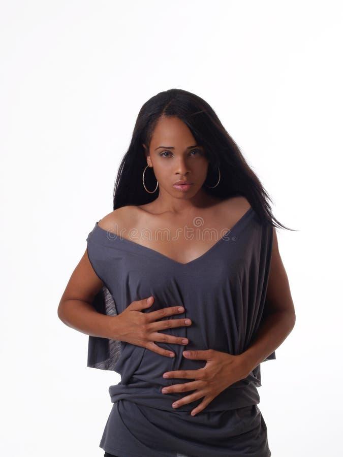 Junge schwarze Frau in grauem oberstemsinnlichem lizenzfreies stockbild