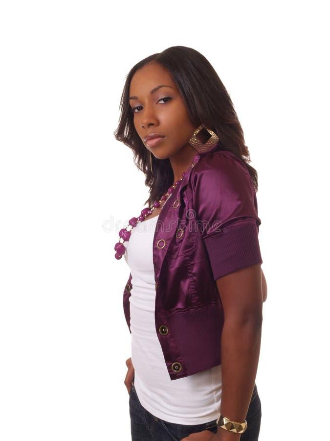 Junge schwarze Frau im Purpur stockbild