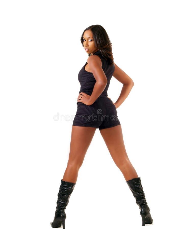 Junge schwarze Frau kurz gesagt und Matten lizenzfreies stockfoto