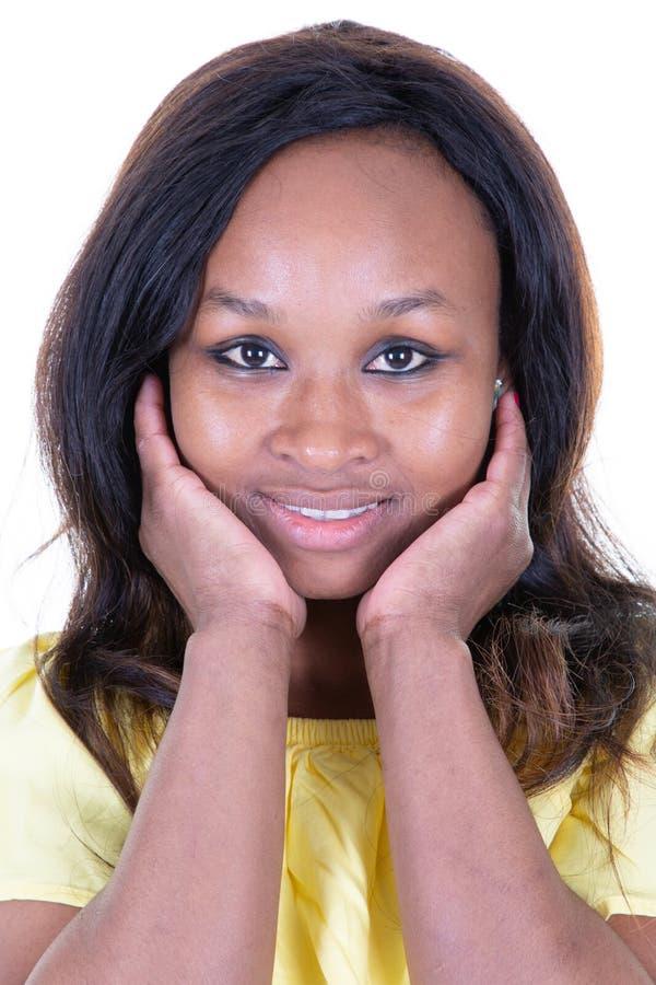 Junge schwarze Frau mit dem Afrofrisurl?cheln stockfotografie