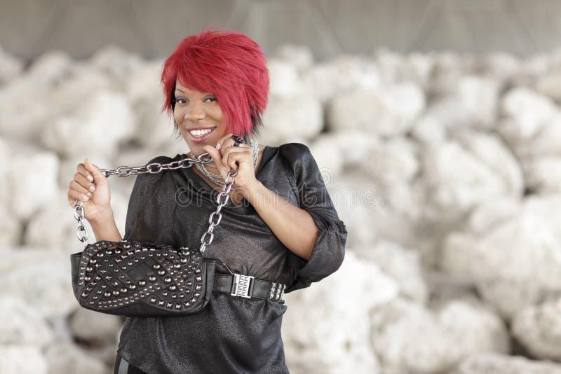 Junge schwarze Frau mit einer Handtasche lizenzfreie stockfotografie