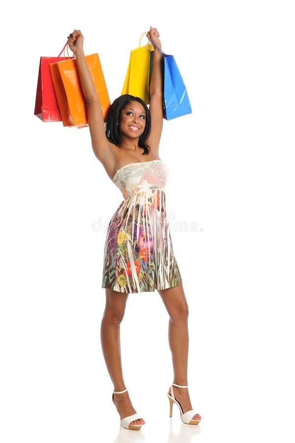 Junge schwarze Frau mit Einkaufenbeuteln lizenzfreie stockfotos