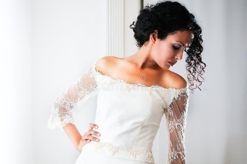 Junge schwarze Frau mit Hochzeitskleid stockfotos