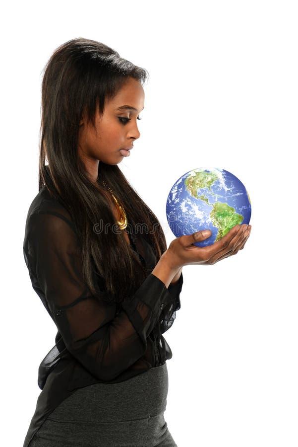 Junge schwarze Geschäftsfrau, welche die Erde hält lizenzfreie stockfotos