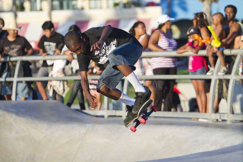 Junge schwarze jugendlich Ausführung am Skateboard-Park lizenzfreie stockfotos