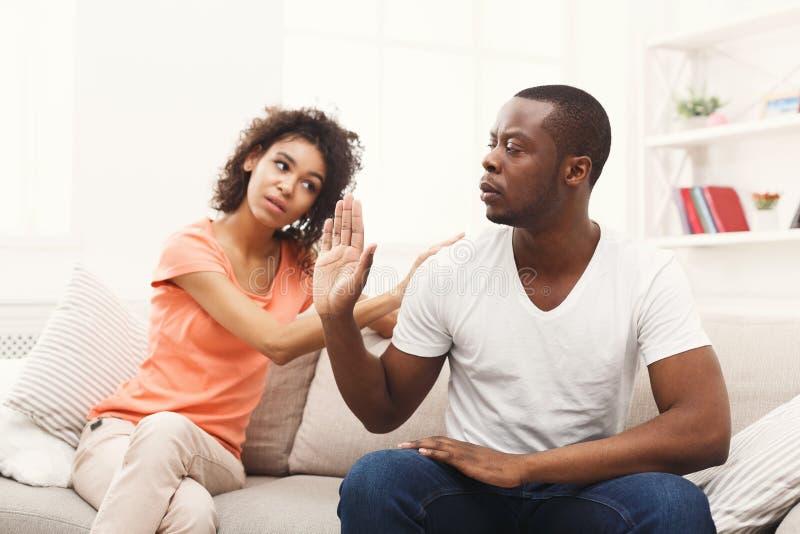 Junge schwarze Paare, die Frieden machen, nachdem zu Hause streiten lizenzfreies stockfoto